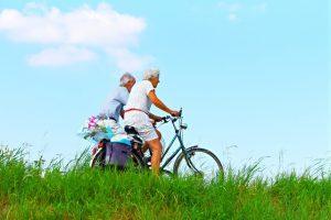 Anziani in bicicletta